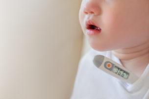 熱を測る子ども