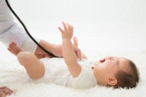 呼吸器を当てられる赤ちゃん